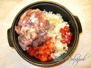 Сложите овощи и фарш в глубокую сковородку, добавьте соль и специи