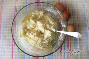 Соедините сливочный сыр с сахарной пудрой