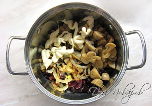 Соедините грибы, фасоль, лук, чеснок и заправьте майонезом