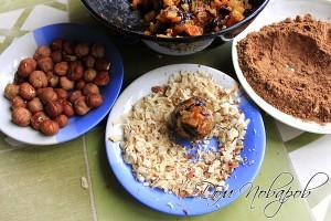 Шар из сухофруктов с орехом внутри, обваляйте в ореховой крошке, затем в какао
