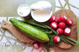 Хорошо промойте водой овощи и зелень