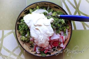Соедините овощи и зелень в салатнике, посолите, заправьте сметаной