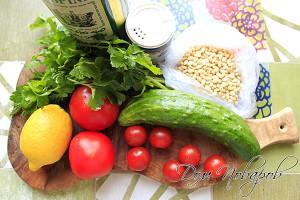 Помойте овощи и зелень
