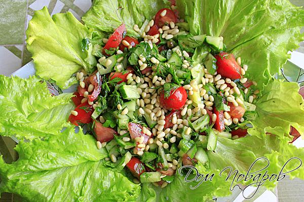 Салат с кедровыми орешками и черри не только вкусный, но и эффектный