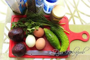 Заранее сварите свеклу и яйца, подготовьте ингредиенты