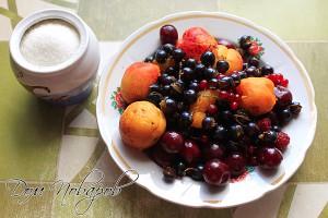Промойте ягоды и фрукты
