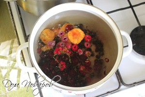 Опустите ягоды и фрукты в кипящую воду