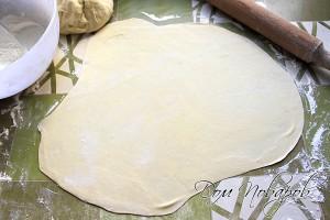 Раскатайте тесто толщиной 0,5 см
