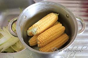 Промойте кукурузу водой и поместите в кастрюлю