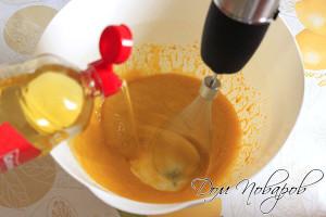 Взбейте желтки миксером и понемногу начинайте вливать масло