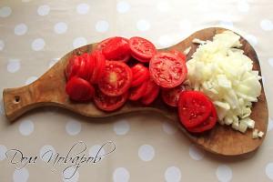 Нашинкуйте лук, порежьте помидоры