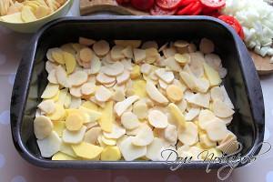 Первым слоем уложите картошку