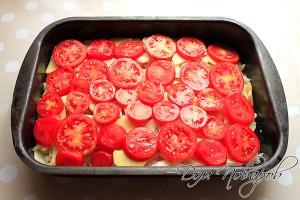 Далее еще один слой из картофеля и слой из помидоров
