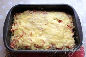 Смажьте майонезом или сметаной и поставьте в духовку на 40 минут, затем посыпьте сыром
