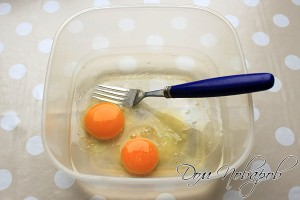 Смешайте яйца, соль и воду