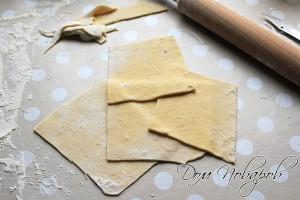 Раскатайте тесто и порежьте квадратами