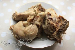 Остудите мясо и отделите от костей