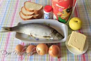 Подготовьте сельдь, батон, яблоко, молоко, лук, масло и яйца