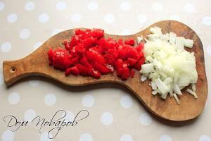Кубиками нашинкуйте лук и помидоры