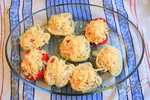Достаньте из духовки почти готовые перцы и посыпьте их сыром