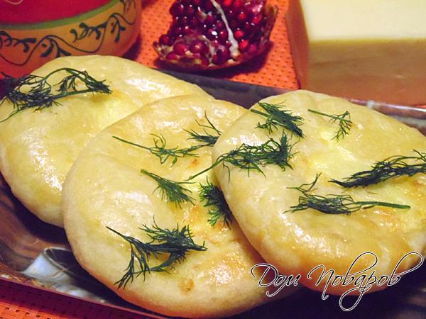 Готовые хачапури можно посыпать свежей зеленью