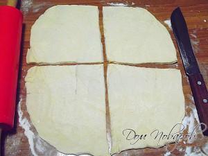 Раскатайте тесто, поделите его на квадраты