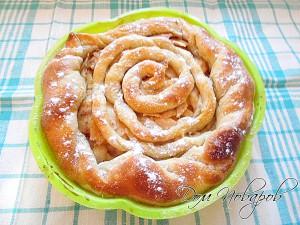 Достаньте пирог из духовки и посыпьте пудрой или ванильным сахором