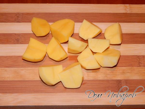 Разрезаем картофелину на половинки
