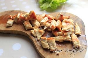 Обжаренное филе курицы нарезаем на небольшие кусочки