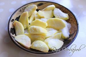 Дольки яблок посыпаем сахаром