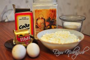 Подготовьте творог, муку, яйца, масло, сахар и соду
