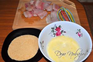 Подготовьте кляр и сухари