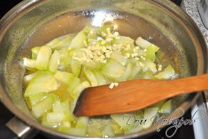 Обжарьте чеснок и кабачки