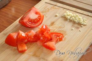 Измельчите помидоры и чеснок