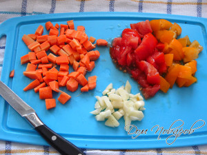 Морковь, помидоры и чеснок измельчите